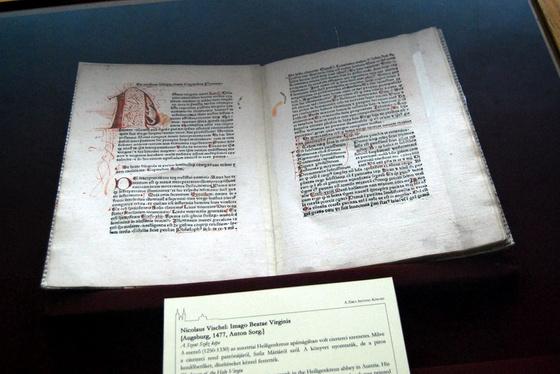 Nicolaus Vischel: Imago Beatae Virginis. Augsburg, 1477, Anton Sorg.]A szerző (1250-1330) az ausztriai Heiligenkreuz apátságában volt ciszterci szerzetes. Műve a ciszterci rend patrónájáról, Szűz Máriáról szól. A könyvet nyomtatták, de a piros kezdőbetűket, díszítéseket kézzel festették.