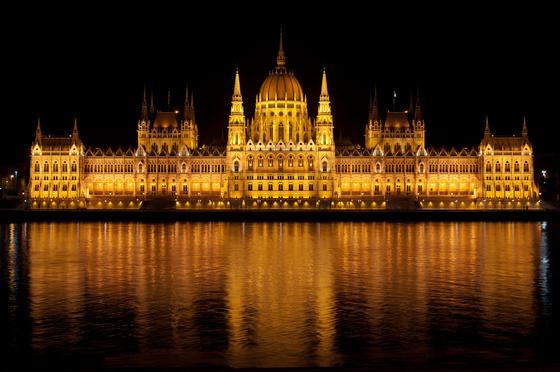 Díszkivilágításba öltözik a Parlament