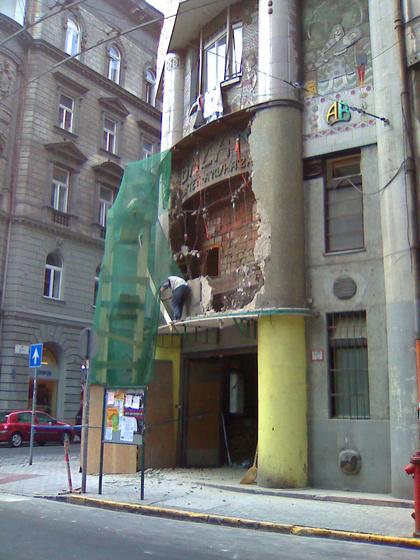 Bontják a Metroklubot. Fotó: varoskepp.blog.hu