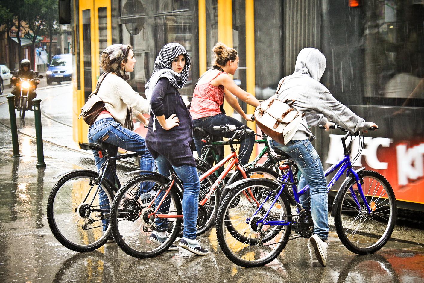 A lányok jól bírják az esőt