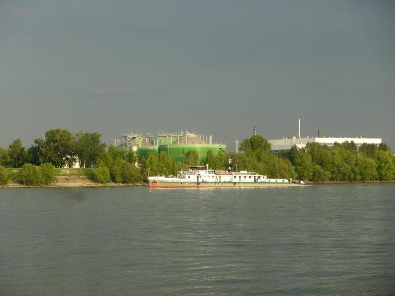 Hajó és gyár a túlparton